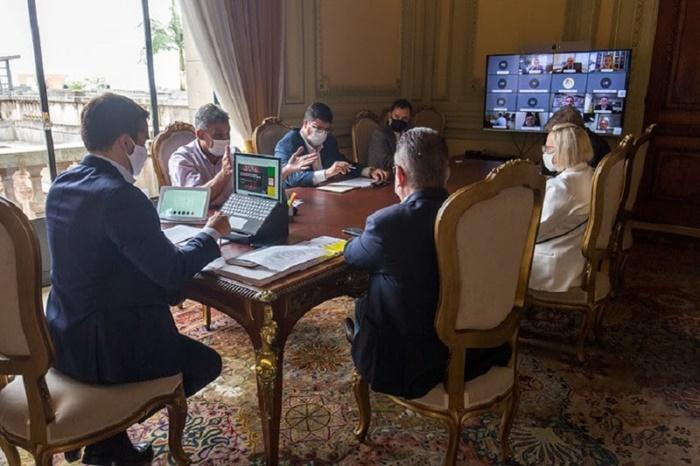 Eduardo Leite (PSDB) e secretários receberam o prefeito de Porto Alegre, Sebastião Melo (MDB), no Palácio Piratini, para teleconferência com prefeitos
