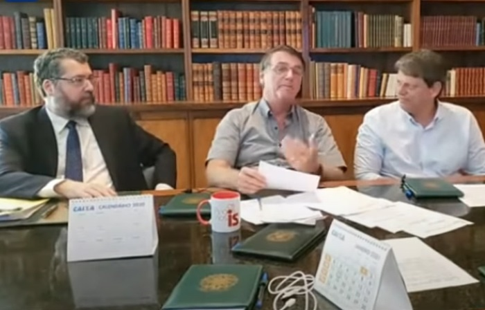 """Live de quinta: ao lado dos ministros Ernesto Araujo (Relações Exteriores) e Tarcísio Gomes de Freitas (Infraestrutura), Bolsonaro voltou a atacar a Venezuela, que está ajudando Manaus com oxigênio, e elogiou a sua """"política externa"""""""