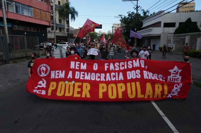 Manifestantes a pé puxaram carreata pelas ruas do centro de Porto Alegre