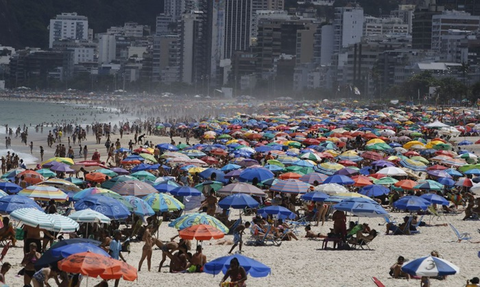 Em março, enquanto o mundo adotava o isolamento radical, os cariocas lotaram as praias, desobedecendo os decretos municipais
