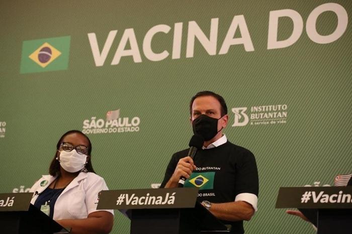 A enfermeira Mônica Calazans, plantonista do Emilio Ribas, primeira brasileira a receber a Coronavac, ao lado de Dória: