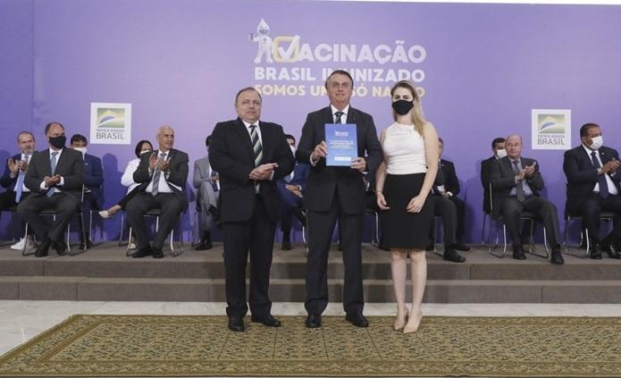 Pazuello e Bolsonaro no lançamento tardio do Plano Nacional de Vacinação contra a covid-19, que só ocorreu em dezembro do ano passado, mas nunca assumiu o combate da pandemia