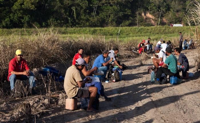 Intervalo do almoço dos trabalhadores do campo que abastecem as gôndolas