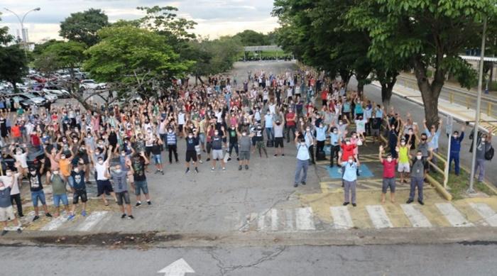Em assembleia realizada no pátio da montadora, em Taubaté, metalúrgicos decidiram pressionar a montadora contra fechamento de postos de trabalho