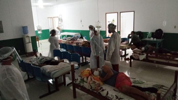 No município de Faro, no oeste do Pará, servidores improvisam macas com colchões na sala de espera da Unidade Básica de Saúde. Sete pessoas morreram no hospital municipal, que não tem UTI nem cilindros de oxigênios