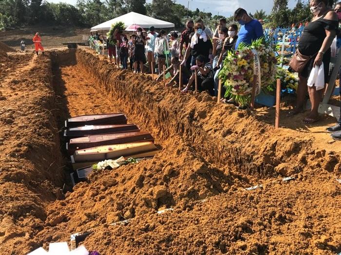 Sepultamentos em valas comuns em Manaus, onde as mortes triplicaram em abril de 2020. Em dezembro, a capital amazonense mergulharia em um colapso da saúde com a crise de oxigênio