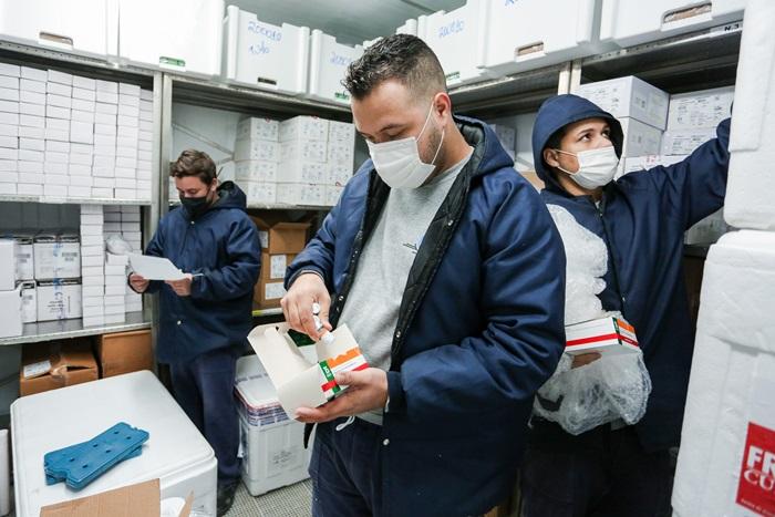 A Secretaria da Saúde do RS iniciou no dia 8 de fevereiro a distribuição de 193,2 mil doses da vacina CoronaVac às Coordenadorias Regionais de Saúde (CRSs). O lote foi direcionado para a continuidade à vacinação de profissionais da saúde e iniciar a imunização de idosos acima de 85 anos