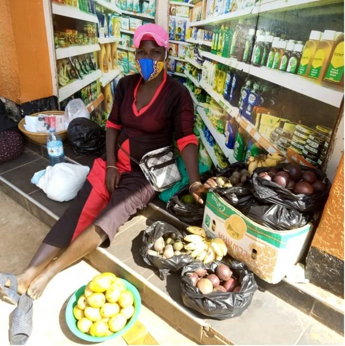 Além de garantir a renda da família, a vendedora de frutas Sarah, que vive em Kampala, Uganda, passou a cuidar de seis pessoas devido ao isolamento. Quase não sobra tempo para o trabalho