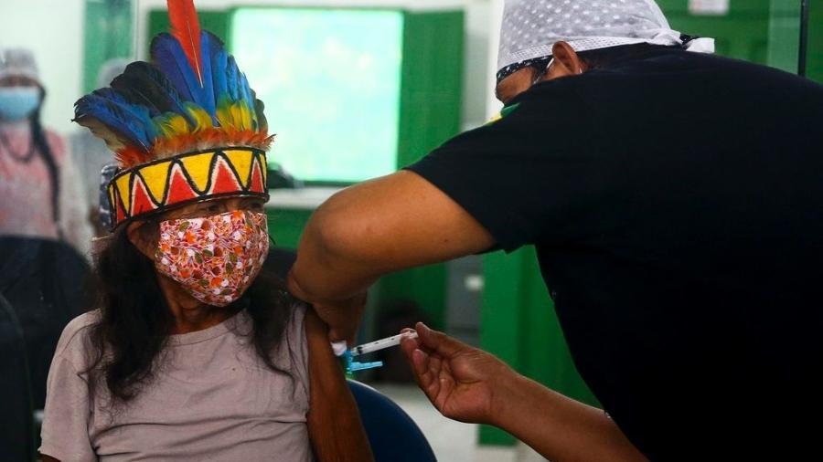Vacinação de indígena, no começo de fevereiro, na aldeia Umuriaçu, próximo a Tabatinga, no Amazonas