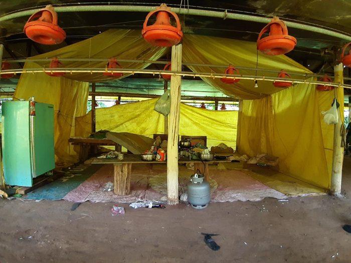 Alojamento de trabalhadores encontrado no interior de um aviário desativado