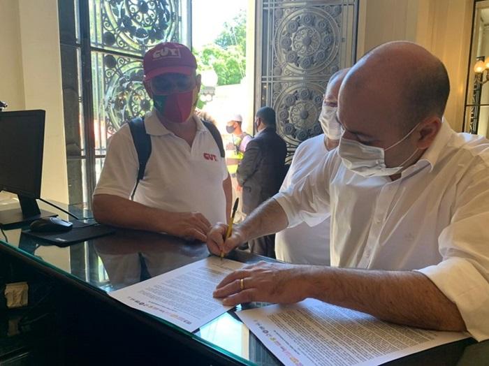Lideranças das centrais sindicais entregaram manifesto ao governador, alertando sobre proximidade de colapso no sistema de saúde