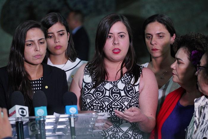 Sâmia Bomfim (C), líder da bancada do PSol na Câmara
