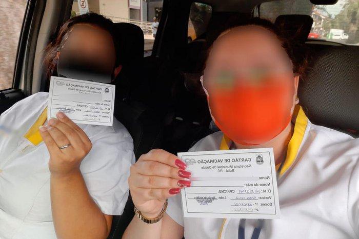 Funcionárias de farmácia, que não pertencem aos grupos prioritários para a vacina, divulgaram imagens dos cartões de vacinação depois de furarem a fila