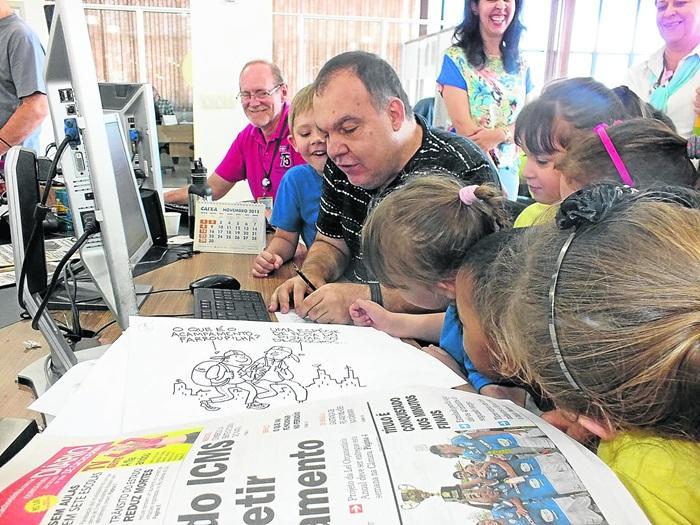 Visita de estudantes de escolas públicas à redação do Jornal NH para uma oficina de charges