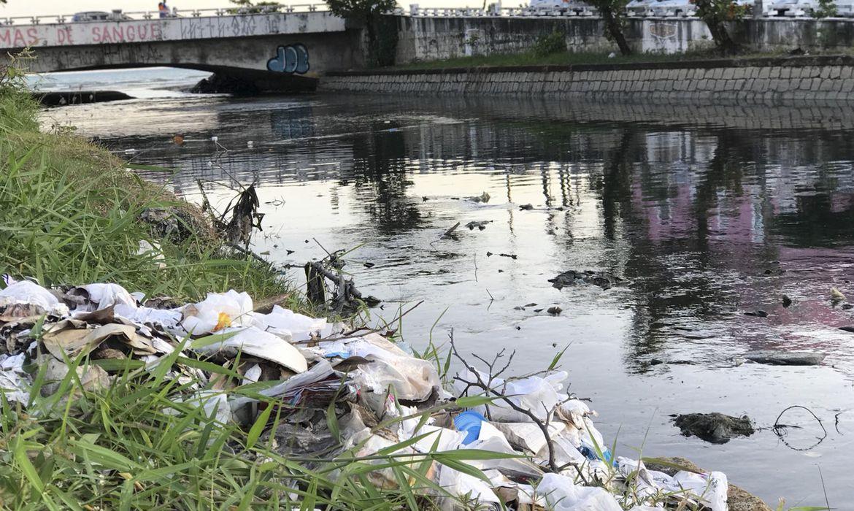 Mais da metade do esgoto acaba sendo despejado sem tratamento em córregos e rios