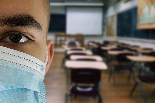 Covid-19 cresce em escolas após primeiros encontros de professores