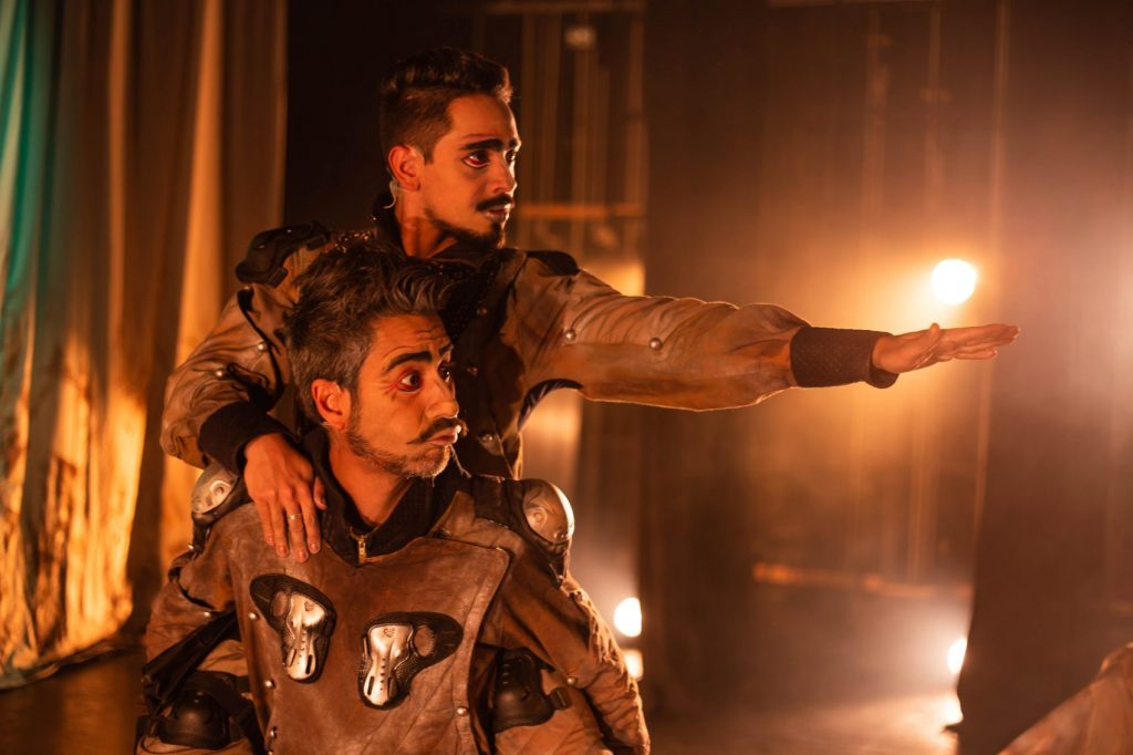 O espetáculo <em>De La Mancha: O Cavaleiro Trapalhão</em> estava em cartaz no Porto Verão Alegre de 2020. Na foto, os atores Henrique Gonçalves e Guilherme Ferrêra, que também dirigiu o espetáculo