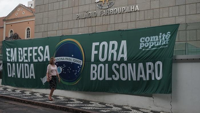 Manifestantes criticaram a indiferença do governo federal ante 300 mil mortos pela covid-19 e pediram impeachment de Bolsonaro