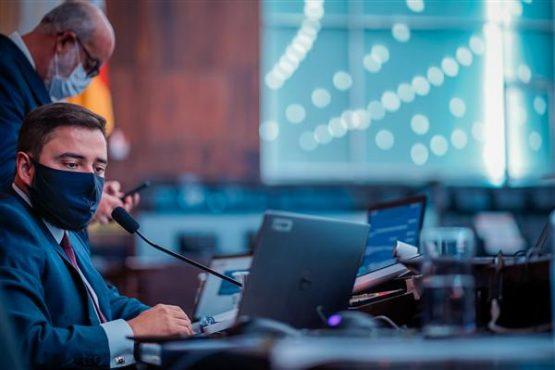 Sessão virtual foi conduzida por Gabriel Souza e Kelly Moraes desde o Plenário 20 de Setembro