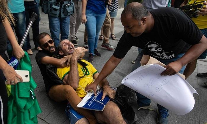 Milicianos simpatizantes do deputado Daniel Silveira espancam manifestante em frente à PF no Rio: cena emblemática do avanço das milícias