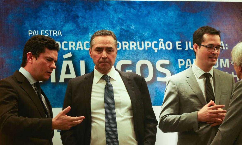 O ex-juiz federal Sérgio Moro, o ministro do STF, Luís Roberto Barroso, e o procurador Deltan Dallagnol durante palestra intitulada Democracia, Corrupção e Justiça, em universidade, em Brasília, em 2016
