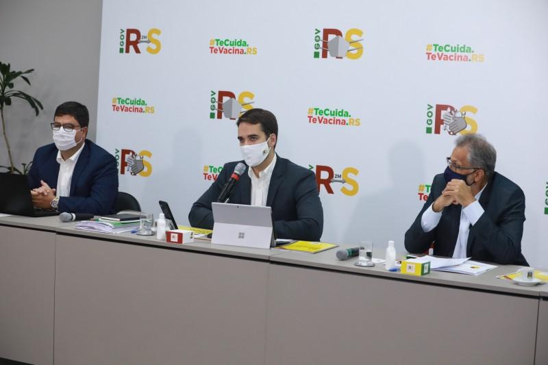 Governador Leite (ao centro) apresentou a proposta juntamente com os secretários Agostinho Meirelles (esq.) e Faisal Karam (dir)