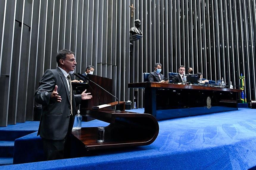 O relator, Marcio Bittar (Esq.), defende a PEC em sessão presidida por Rodrigo Pacheco (Mesa)