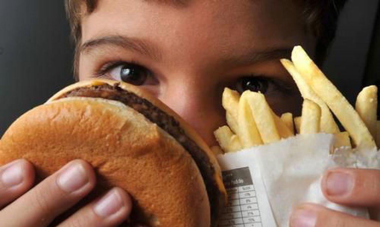 A Organização Mundial da Saúde (OMS), em 2010, adotou uma série de recomendações, baseadas em evidências científicas, dirigidas aos Estados, para que regulem a publicidade de bebidas não-alcoólicas e de alimentos ricos em gorduras e açúcares