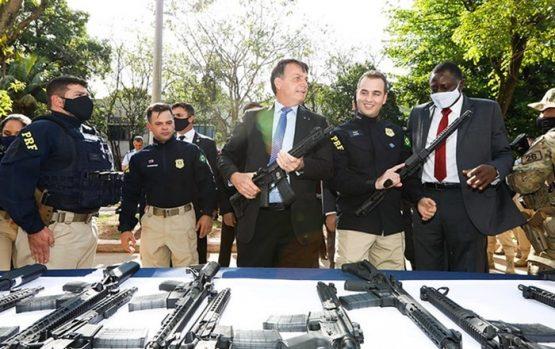 Um presidente a serviço da bancada da bala | Foto: Carolina Antunes/PR
