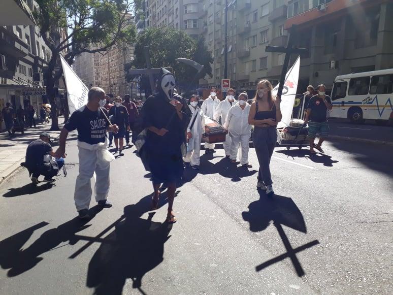 Marcha fúnebre foi da Prefeitura de Porto Alegre até a Praça da Matriz, onde ocorreu um novo ato em frente ao Palácio Piratini.