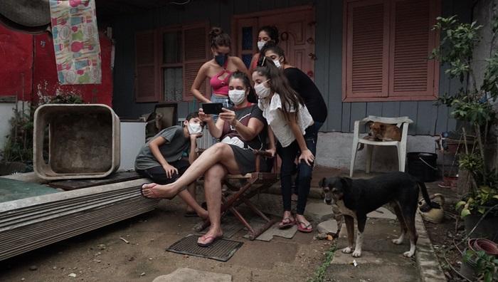 Cinco dos oito filhos de Kátia Brandão, estudantes da Alberto Pasqualini, na Restinga, dependem do celular da mãe para ter acesso ao conteúdo das aulas