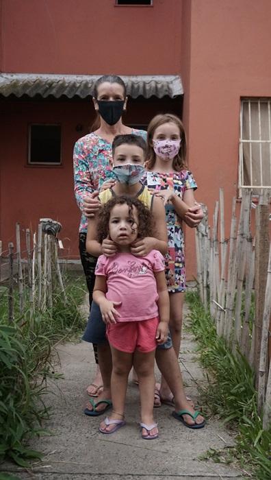A pandemia multiplicou as dificuldades das famílias. Andréia precisou fechar o brechó. Luta sozinha. Sem saber ler, não recebe comunicados da escola