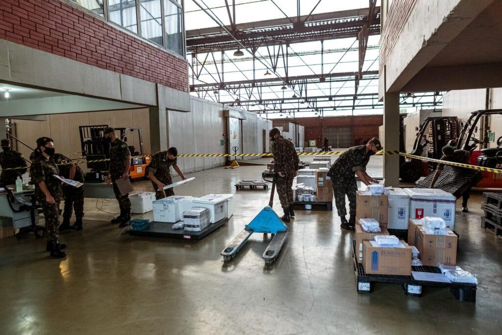 Exército faz a distribuição dos medicamentos do kit intubação aos hospitais