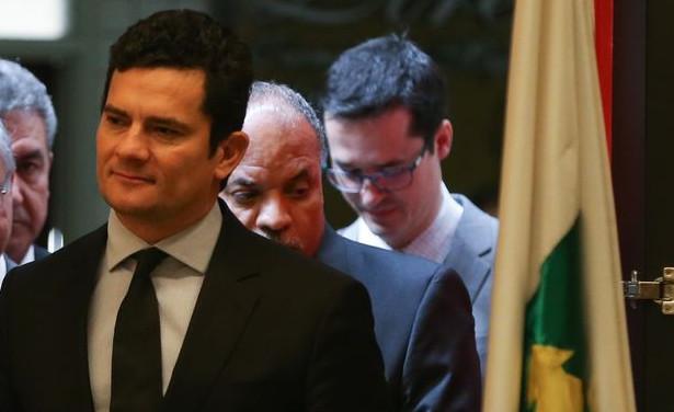 O juiz federal Sérgio Moro com Deltan Dallangnol nos bastidores da palestra que participou em agosto de 2016, intitulada Democracia, Corrupção e Justiça: diálogos para um país melhor, no Centro Universitário de Brasília (UniCEUB)