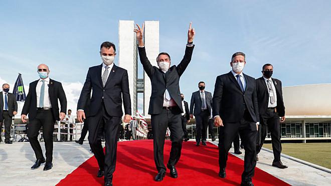 Presidente Jair Bolsonaro ao centro,; o Presidente de Senado Rodrigo Pacheco (à esq.); presidente da Câmara Arthur Lira (à direita)