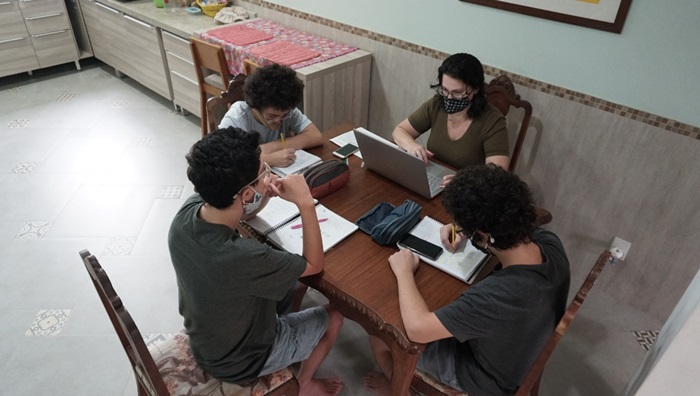 A rotina da professora Paula Nassr só termina depois da meia-noite, depois de interagir com seus alunos em 20 grupos de conversa, fazer a janta e orientar as tarefas escolares dos três filhos