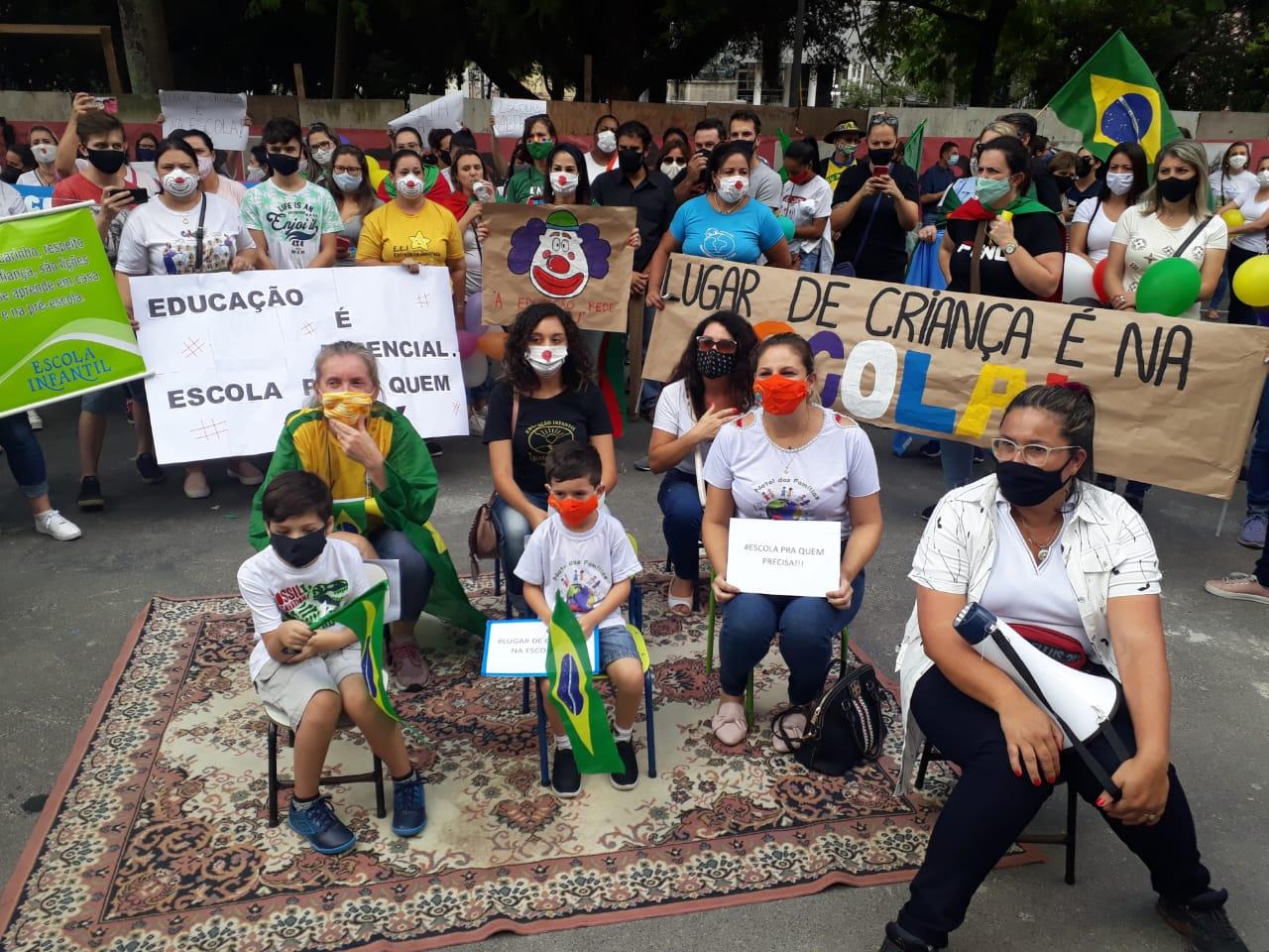 """Simplificação: uma """"aula"""" ao ar livre foi simulada durante o protesto"""