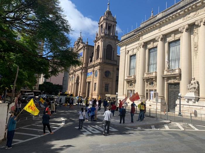 Reinício das aulas presenciais, só com vacinação, reivindicaram professores e entidades ligadas à educação em ato nesta manhã em frente ao Palácio Piratini