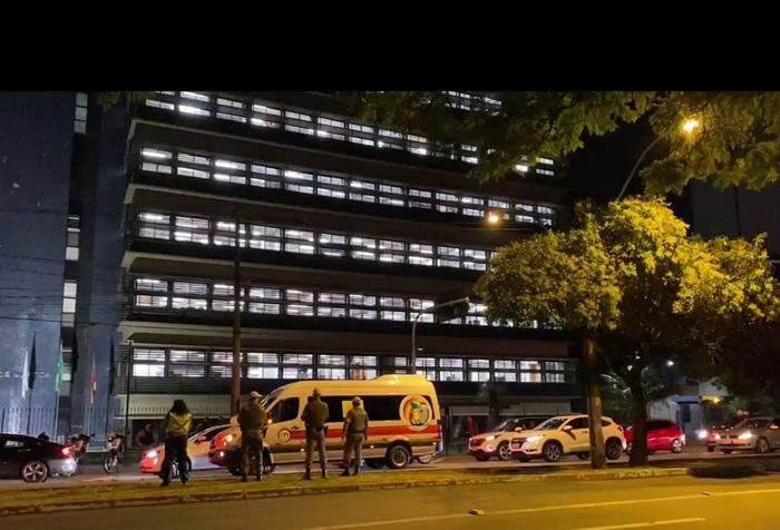 Durante julgamento por videoconferência, pais de alunos e empresários do transporte escolar promoveram buzinaço em frente ao prédio do TJRS na capital