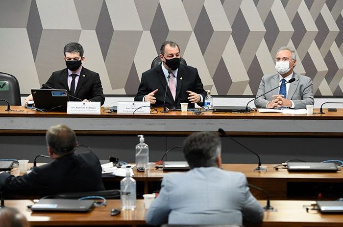 O presidente da CPI, Omar Aziz, entre o vice, Randolfe Rodrigues (E), e o relator, Renan Calheiros, na reunião de terça-feira que definiu presidência e relatoria da CPI
