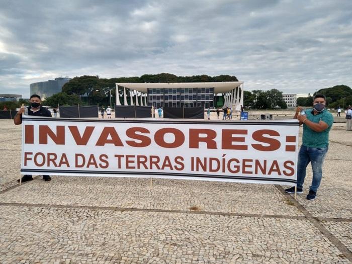 Indígenas de todo o país amanheceram neste Dia do Índio na Praça dos Três Poderes, em Brasília, para denunciar o garimpo em suas terras e o avanço da mineração com apoio das políticas de governo