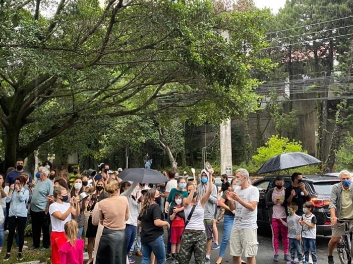 Pais e empresários favoráveis ao retorno das aulas na bandeira preta fizeram protesto em frente à casa de juíza do TJRS no domingo