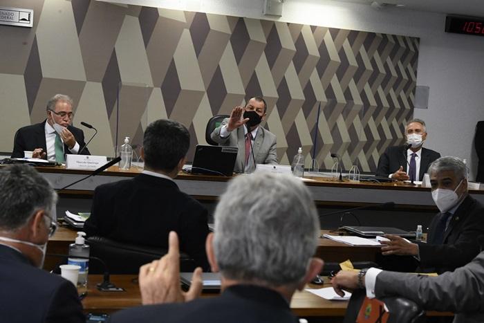 O ministro da Saúde de Bolsonaro, Marcelo Queiroga, durante depoimento na CPI, ao lado de Omar Aziz (PSD-AM) e Renan Calheiros (MDB-AL). Sessão foi marcada por bate-boca e provocações entre senadores