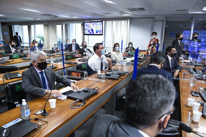 """No final da sessão, o senador Flávio Bolsonaro (Republicanos-RJ) saiu em defesa do depoente e chamou o relator de """"vagabundo"""". """"Vagabundo é você que roubou dinheiro do pessoal do seu gabinete"""", reagiu Calheiros"""