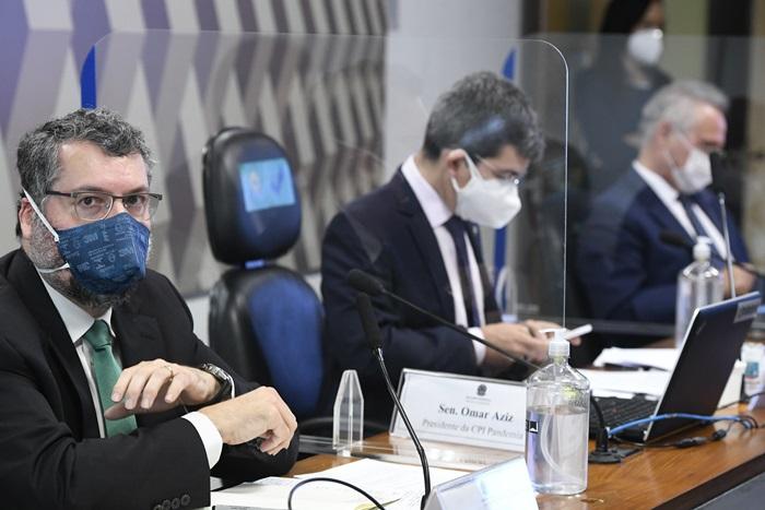 Ex-ministro das Relações Exteriores, Ernesto Araújo (E), que depôs nesta terça-feira na CPI da pandemia, ao lado dos senadores Randolfe Rodrigues (Rede-AP) e Renan Calheiros (MDB-AL)