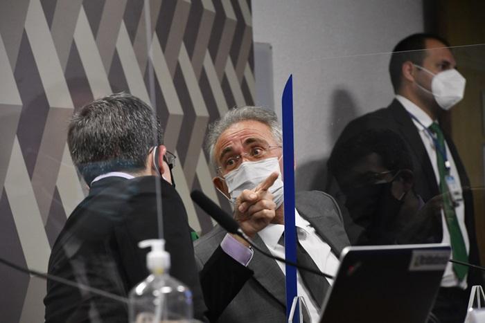 O vice-presidente da CPI, senador Randolfe Rodrigues (Rede-AP) e o relator, Renan Calheiros (MDB-AL), durante o segundo dia de depoimento do ex-ministro da Saúde: pedidos de envio das declarações ao MPF e serviço de checagem de dados