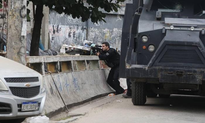 Operação Excpetis começou às 6h com cerco à favela por policiais fortemente armados e sobrevoos de helicópteros