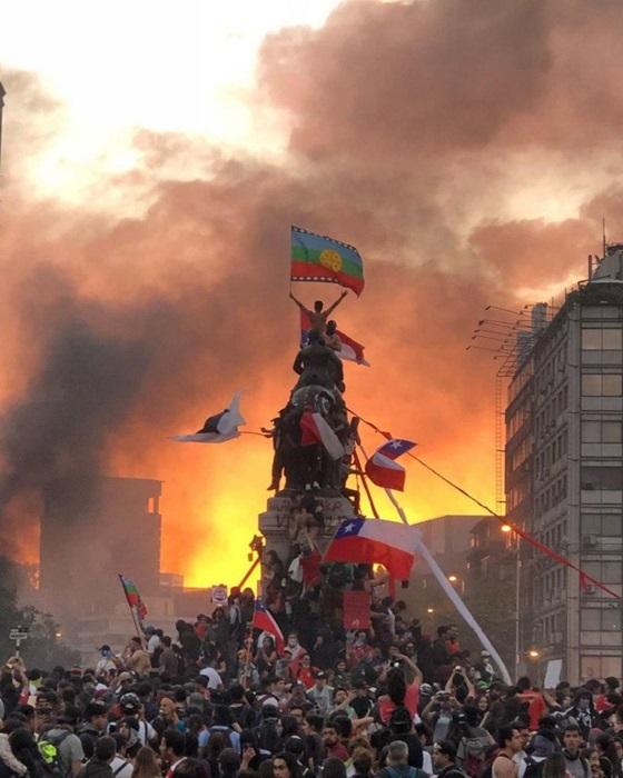 """Em outubro de 2020, os chilenos foram às ruas para comemorar um ano de protestos contra Piñera: """"o Chile acordou para não dormir nunca mais"""" entoavam"""