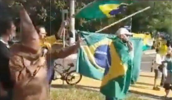 Polícia civil indicia por crime racial dois manifestantes que encenaram enforcamento em Porto Alegre | Imagem: Twitter/ Reprodução