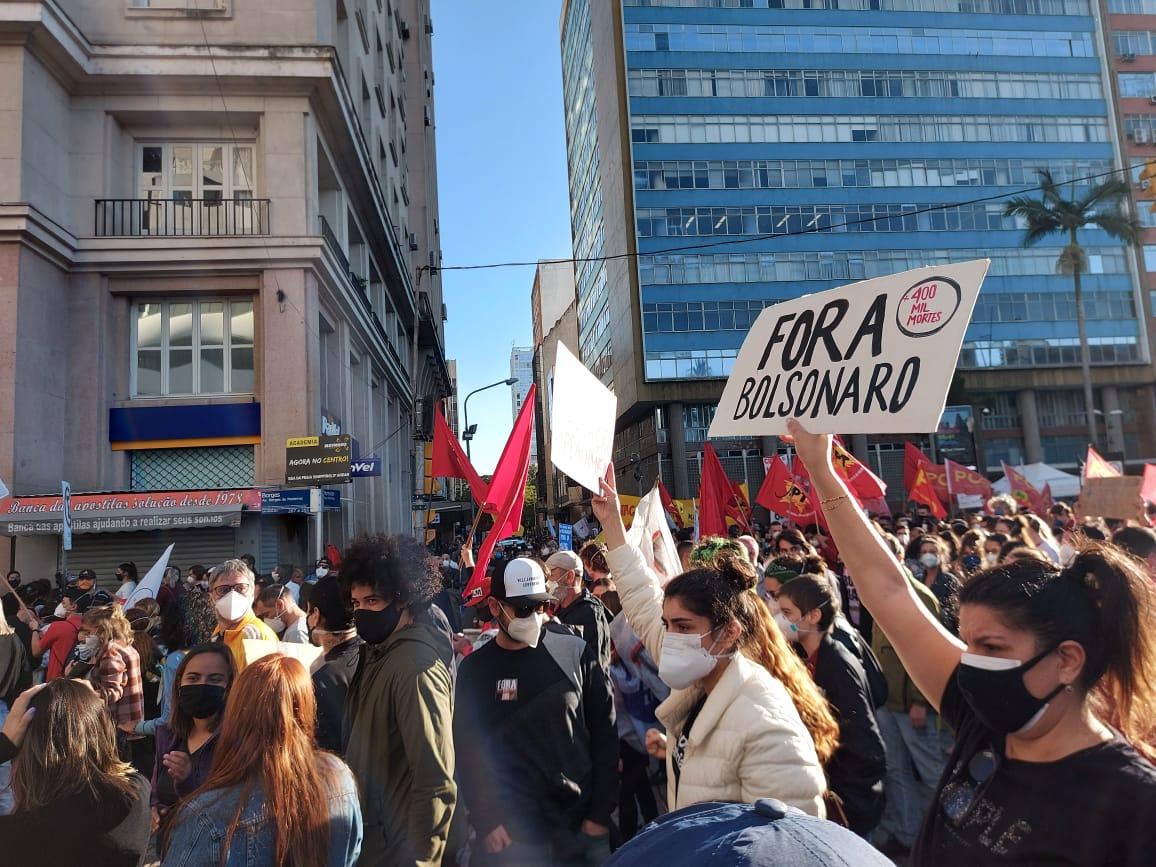 Milhares de manifestantes em Porto Alegre pedem a saída de Bolsonaro | Foto: Igor Sperotto